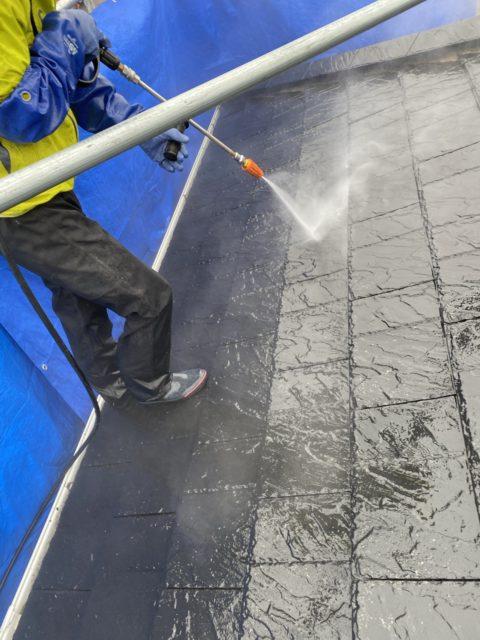 愛知県豊某所 塗装前屋根高圧洗浄 水飛散防止ブルーシート養生 汚れやコケ、藻除去