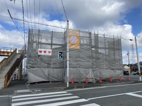 愛知県豊橋市某所 塗装前店舗金属屋根洗浄 足場組み立て メッシュシートを立ち上げ 飛散防止